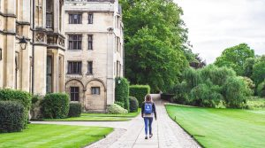 Ilustrasi kuliah di IT - Gedung King's College, Cambridge-min